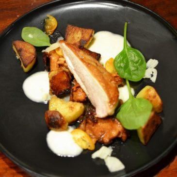 Filet de poulet au Gingembre, Girolles Caramélisées, Crème d'Oignon