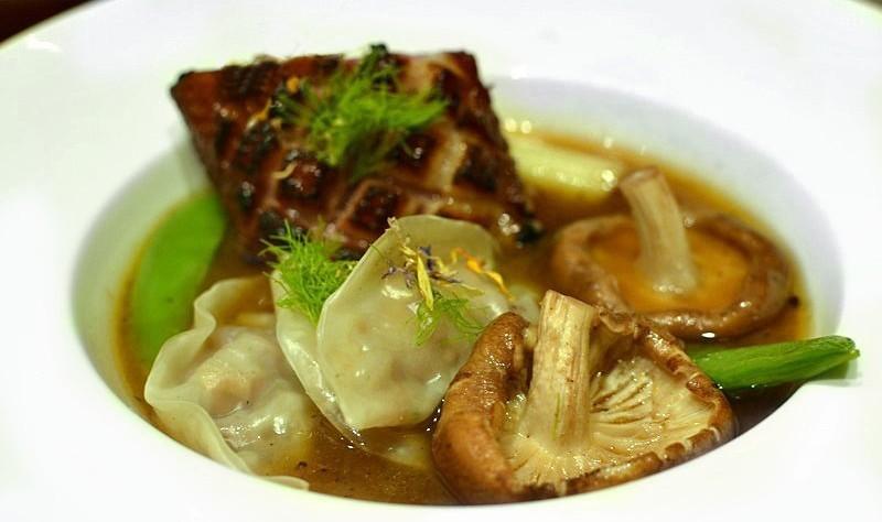 Bouillon canard épicé et ravioles gingembre shiitake
