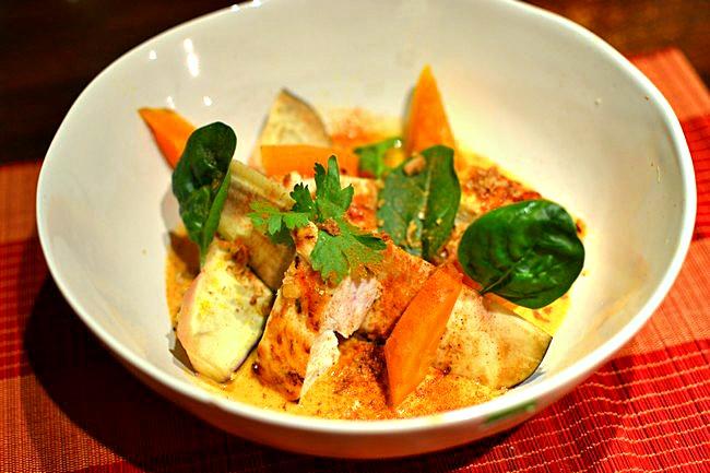 Poulet au curry rouge thaï au lait de coco