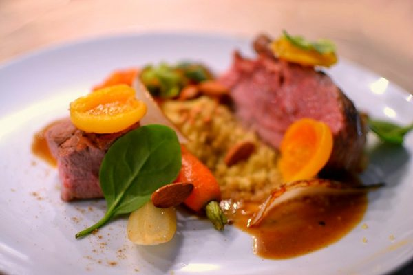 Tajine d 39 agneau aux abricots et aux amandes couteaux - Cuisiner avec un tajine en terre cuite ...