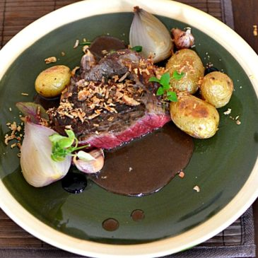 Basse-côte de boeuf, oignons et pommes de terre rattes