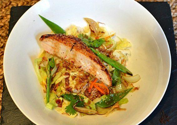 Poulet laqué au miel de gingembre légumes sautés au wok