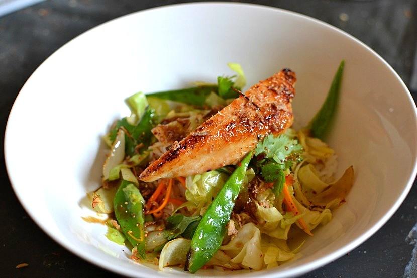 Poulet laqué au miel de gingembre et légumes sautés au wok