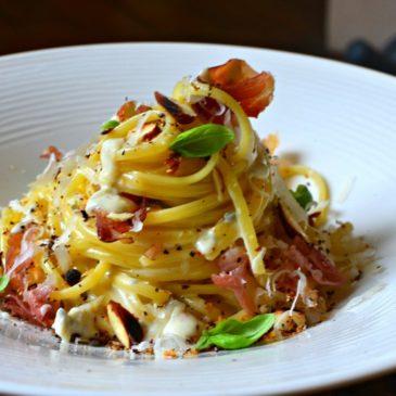 Pâtes au gorgonzola, jambon Speck grillé et amandes torréfiées