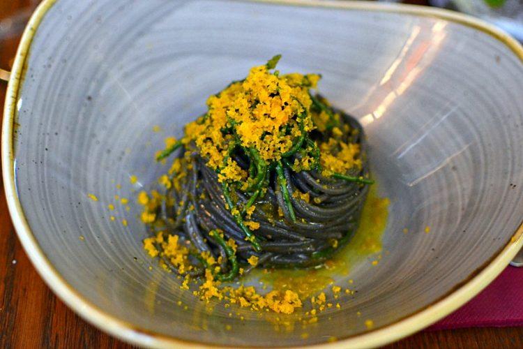 Pâtes à l'encre de seiche, poutargue et salicorne - Restaurant Covino à Venise