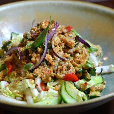 Salade de poulet thaï épicée traditionnelle (Laab Kai – Larp Kai – Laap Kai…)