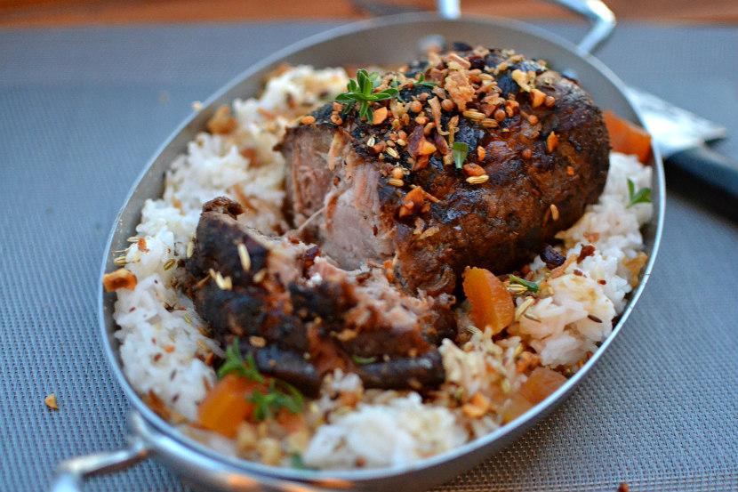 Rôti de porc au miel et aux abricots secs : recette douce, fondante et sucrée