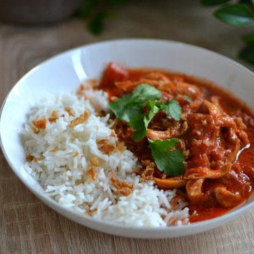 Poulet au curry, tomates et lait de coco : saine, épicée et savoureuse
