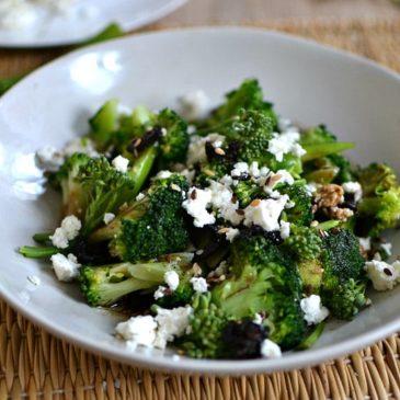 Salade de brocoli à la feta et aux olives : la petite salade végétarienne légère