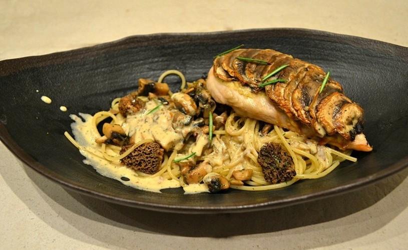 Escalope de Poulet en écailles de Champignons, Spaghettis et morilles à la crème