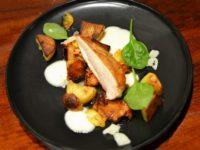 Filet de poulet, Girolles caramélisées, Purée d'oignons au Comté, Jus au Gingembre