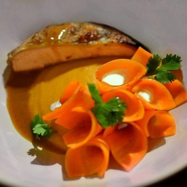 Suprême de pintade à l'orange, fleur de carottes acidulées et potimarron
