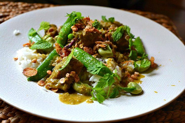Curry vert d'agneau à la menthe fèves