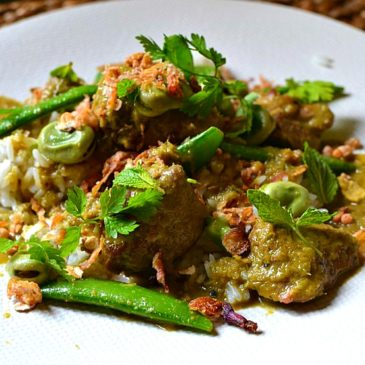 Curry vert d'agneau à la menthe, fèves et pois gourmands