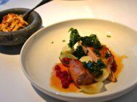 Pintade aux groseilles, kale et pommes de terres - Tango Bar et Kjokken, restaurant à Stavanger, Norvège
