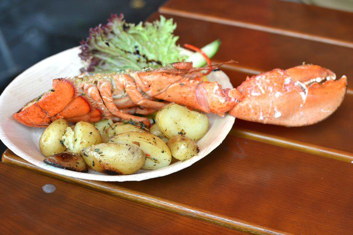 Homard grillé, symbole de la cuisine norvégienne, dégusté sur le marché de Bergen