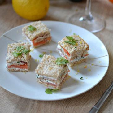 Mini-sandwich saumon fumé et fromage frais aux herbes : recette pour un apéro festif !